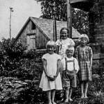 1935 Vas. Toini, Sylvi, Tauno ja Helvi Virtalan pihalla